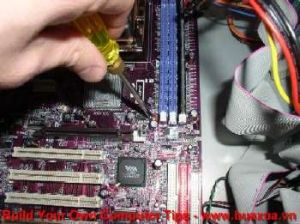 TRUNG TAM TIN HOC KEY_ Xiết các ốc của mainboard vào thùng máy tính