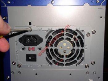 TRUNG TAM TIN HOC KEY_ Xiết 4 ốc định vị giữa nguồn và thùng máy