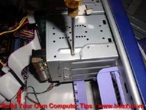 TRUNG TAM TIN HOC KEY_ Xiết chặt vít định vị ổ cứng với thùng máy