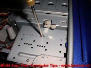 TRUNG TAM TIN HOC KEY_ Xiết chặt các vít nắm ở hai bên hông để định vị ổ đĩa mềm với thùng máy