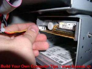 TRUNG TAM TIN HOC KEY_ Cắm dây nguồn vào ổ đĩa mềm