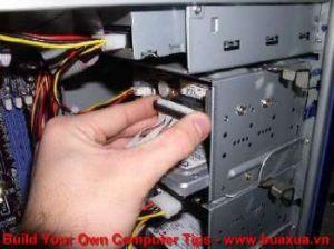 TRUNG TAM TIN HOC KEY_ Cắm dây cáp vào ổ đĩa mềm