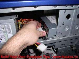 TRUNG TAM TIN HOC KEY_ Cắm đầu dây cáp vào ổ đĩa