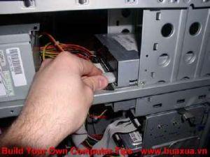 TRUNG TAM TIN HOC KEY_ Cắm dây nguồn vào ổ đĩa