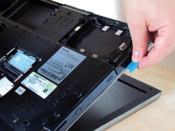 Loại bỏ bụi bám phía trong của Laptop